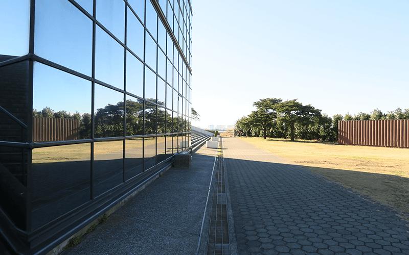 反射するポートタワーの外壁