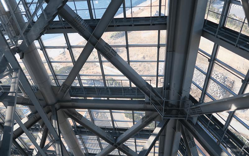 内側から見ると透明な外壁