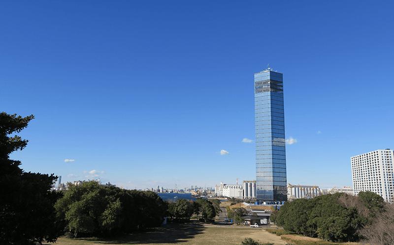 広場から見た千葉ポートタワー