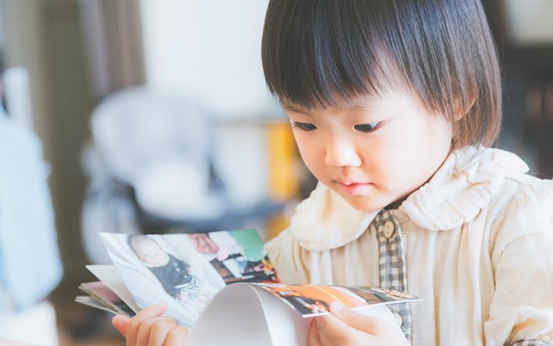 絵本を読む女の子の画像
