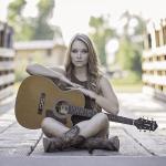 ギターをもつ女性の画像