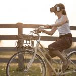 VR機を付けて自転車に乗る女性の画像