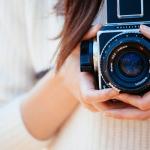 カメラを持つ女性の画像