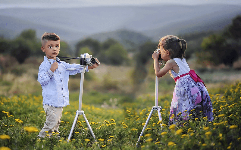 写真を撮り合う子どもの画像
