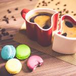 色とりどりのマカロンとコーヒーの画像