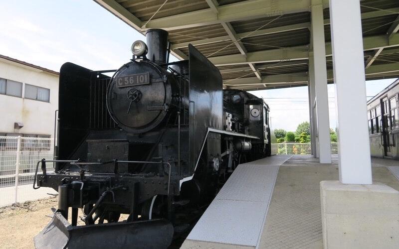 旧中込学校の隣の公園にある機関車