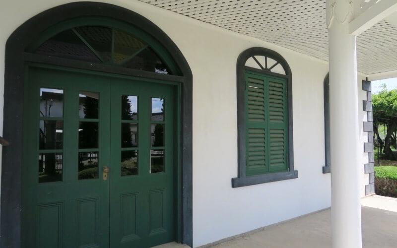 旧中込学校の正面玄関
