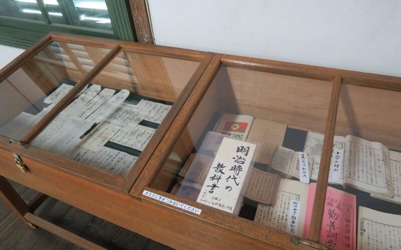旧中込学校に展示されている教科書