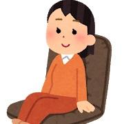 座椅子に座る人の画像