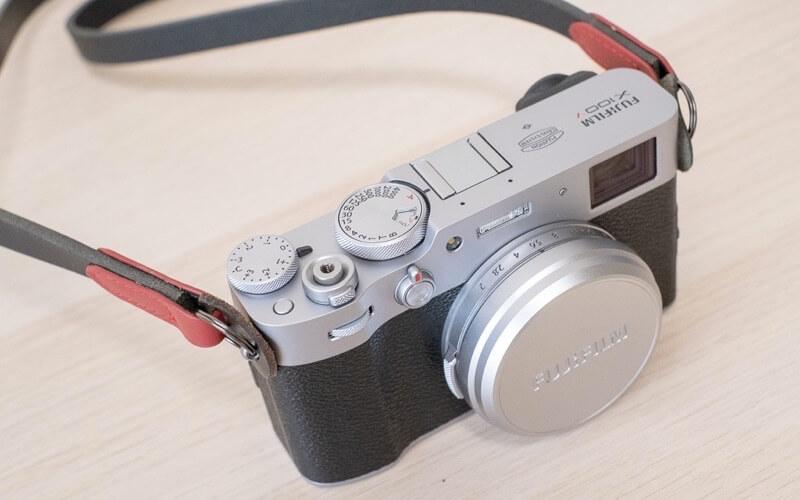 カメラとカメラストラップ